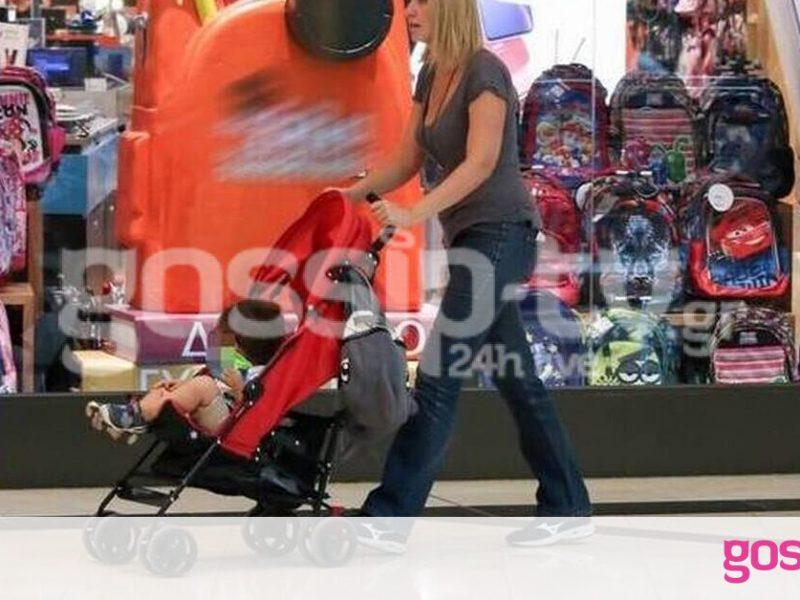 Σία Κοσιώνη: Βόλτα με τον γιο της για ψώνια (photos)